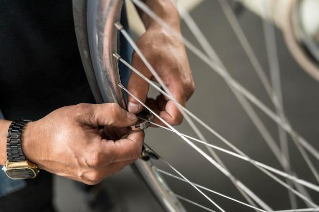 Schließen sie die fahrradkreation in der werkstatt