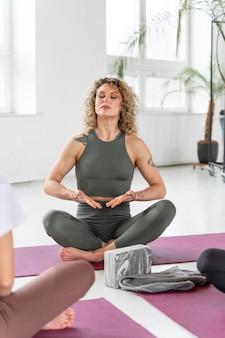 Schließen sie die führenden praktizierenden des yogalehrers