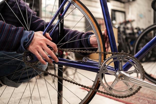 Schließen sie die hände, die am fahrrad arbeiten