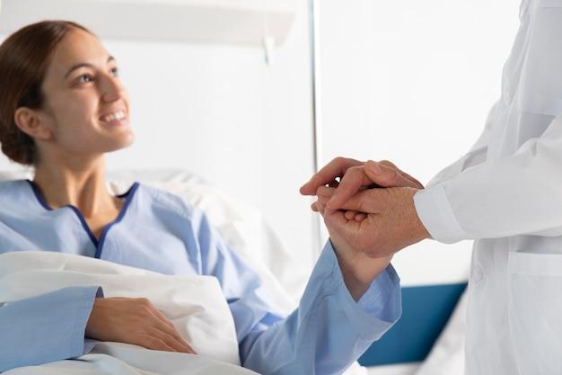 Schließen sie die hände, die den patienten halten