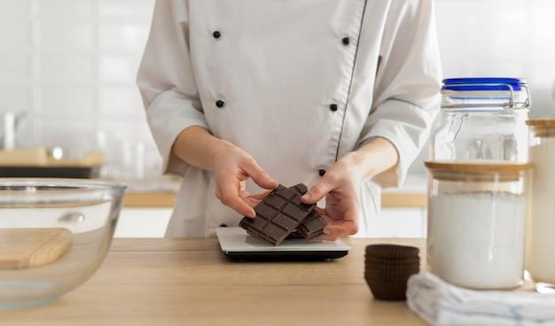 Schließen sie die hände, die schokolade halten