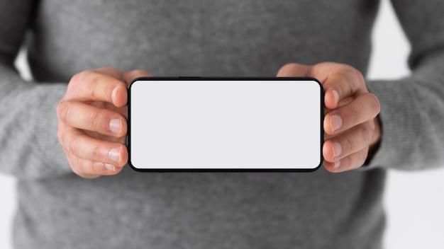 Schließen sie die hände, die smartphone halten