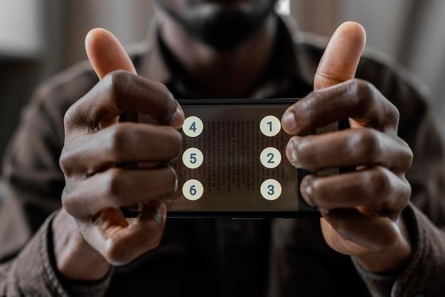 Schließen sie die hände mit dem smartphone