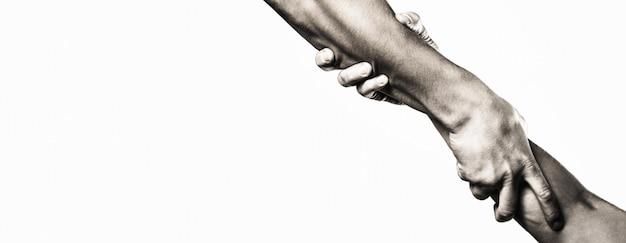 Schließen sie die hilfehand. helfende hand konzept, unterstützung. helfende hand ausgestreckter, isolierter arm, erlösung. zwei hände, helfender arm eines freundes, teamwork. rettung, helfende geste oder hände. platz kopieren