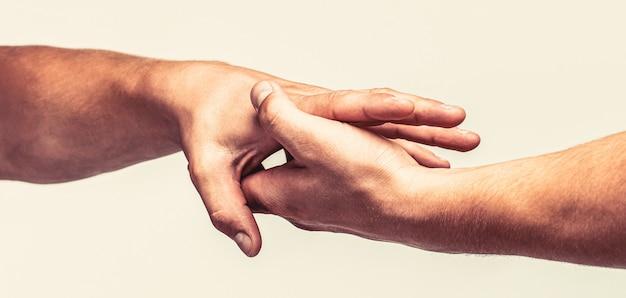 Schließen sie die hilfehand. helfende hand konzept, unterstützung. helfende hand ausgestreckter, isolierter arm, erlösung. zwei hände, helfender arm eines freundes, teamwork