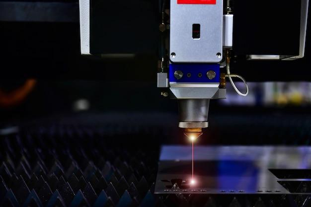 Schließen sie die lasergeschnittene kopfmaschine von raytools, während sie das blech schneiden