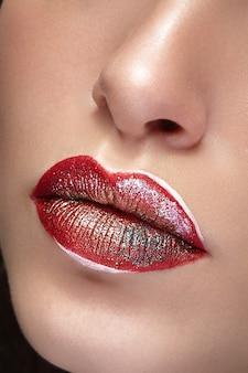 Schließen sie die lippen mit professionellem make-up und lippenstift. salon und make-up. glanz