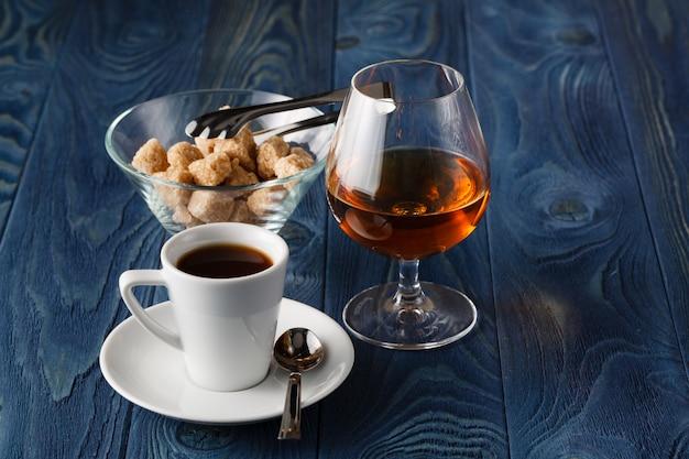 Schließen sie ein glas cognac und kaffee
