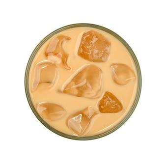 Schließen sie ein großes glas kaffee mit milch- und eiswürfeln, die auf weißer, erhöhter draufsicht direkt darüber isoliert werden
