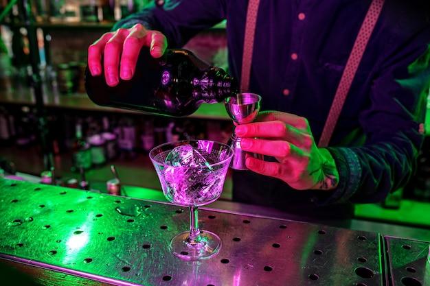 Schließen sie ein großes schmelzendes eisstück auf der bartheke in feuerflammen, vorbereitung für einen cocktail