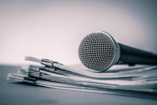 Schließen sie ein mikrofon mit papierdokument