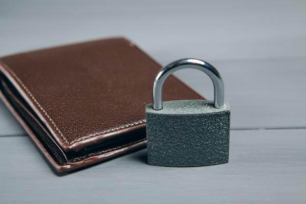 Schließen sie eine schwarze brieftasche an. konzept, geld auf einem grauen holztisch zu sparen