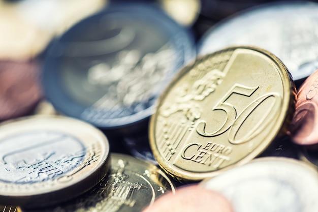 Schließen sie einen haufen neuer euro-münzen in anderen zusammensetzungen.