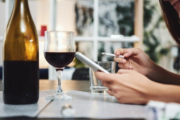 Schließen sie einen tisch mit einer alkoholabhängigen person