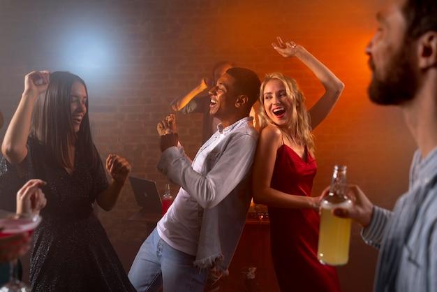 Schließen sie glückliche menschen mit getränken an der bar