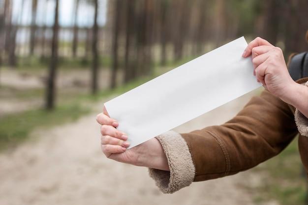 Schließen sie hände, die papierstück halten