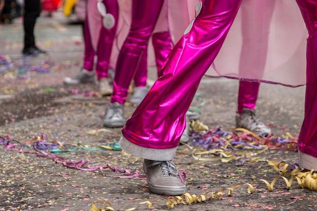 Schließen sie herauf ansicht der beine einer frau in einer karnevalsparade.