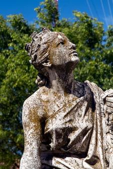 Schließen sie herauf ansicht der diana-statue auf einem stadtpark.