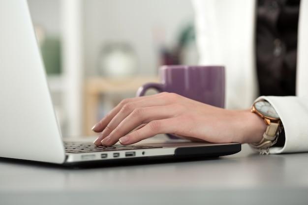 Schließen sie herauf ansicht der geschäftsfrau- oder studentenhände, die am laptop arbeiten