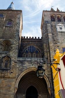 Schließen sie herauf ansicht der kathedralen-kirche von se, die in evora-stadt, portugal gelegen ist.