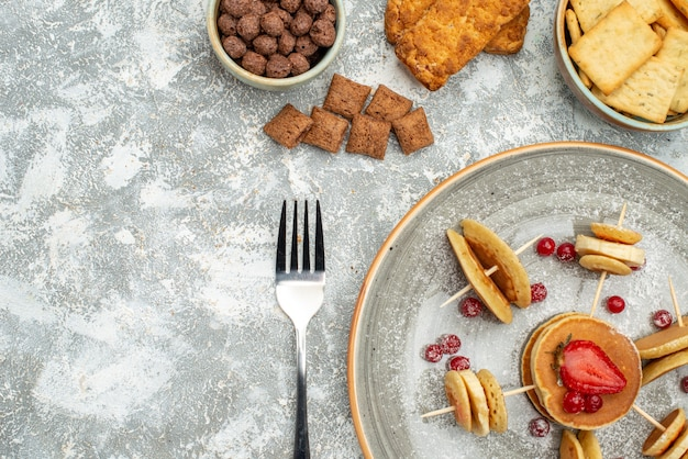 Schließen sie herauf ansicht der leckeren pfannkuchen mit schokolade und keksen auf blau