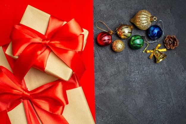 Schließen sie herauf ansicht der schönen geschenke mit schleifenformbanddekorationszubehör auf einem roten hintergrund