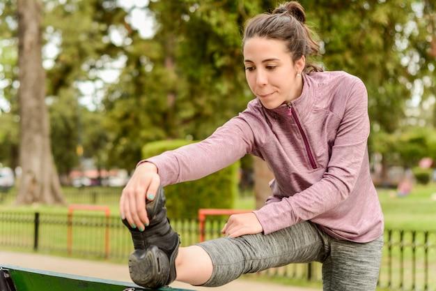 Schließen sie herauf ansicht der streching beine der sportfrau