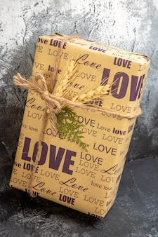 Schließen sie herauf ansicht des gepackten geschenks, das auf wand steht