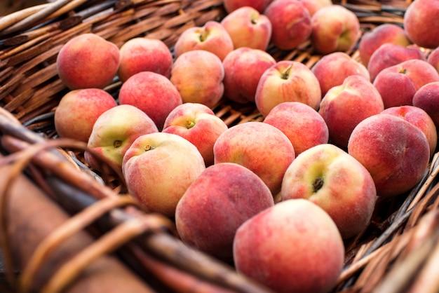 Schließen sie herauf ansicht des korbes mit frischen saftigen pfirsichen