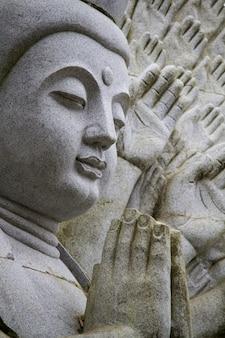 Schließen sie herauf ansicht einer schönen buddha-statue auf einem park.