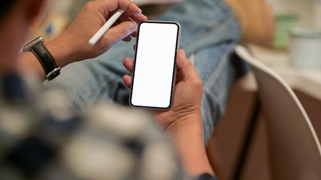 Schließen sie herauf ansicht eines mannes, der smartphone mit leerem bildschirm verwendet
