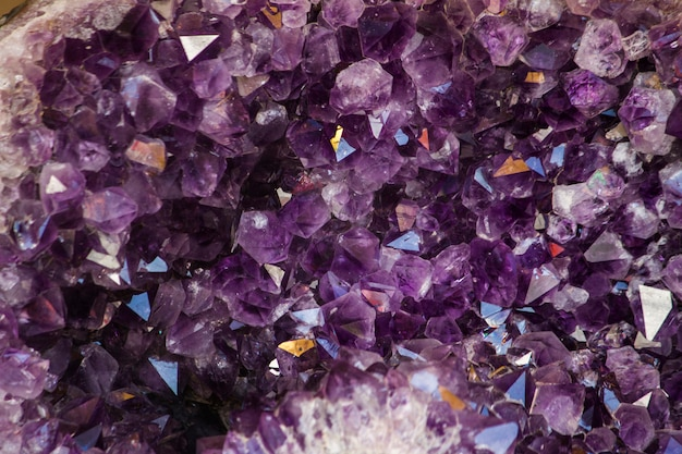 Schließen sie herauf ansicht eines natürlichen violetten amethystkristall geode steins.