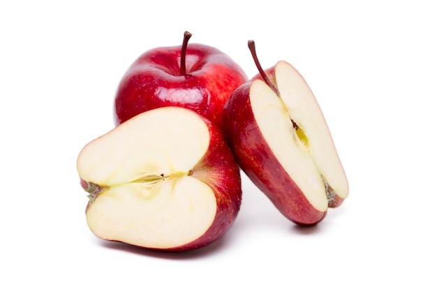 Schließen sie herauf ansicht einiger roter äpfel, die auf einem weißen hintergrund lokalisiert werden.