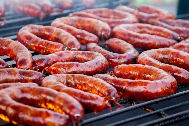 Schließen sie herauf ansicht vieler portugiesischen chorizos auf einem grill.