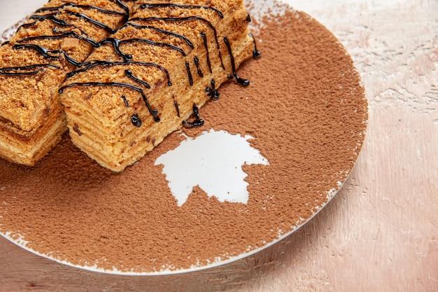 Schließen sie herauf ansicht von atsty desserts, die mit schokoladensyrop für eine person auf bunt verziert werden