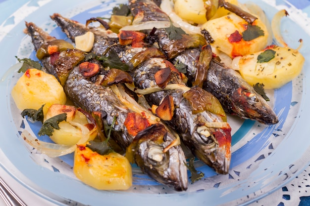 Schließen sie herauf ansicht von gekochten makrelenfischen mit kartoffel.