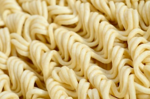 Schließen sie herauf ansicht von gelben trockenen sofortigen nudeln. chinesisches traditionelles essen