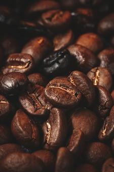 Schließen sie herauf ansicht von kaffeesamen auf dunkelheit