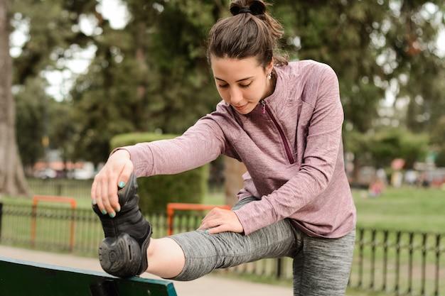 Schließen sie herauf ansicht von streching beinen der sportfrau