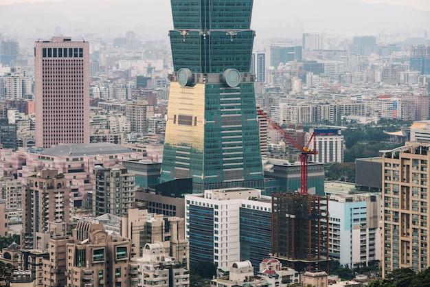 Schließen sie herauf antenne über im stadtzentrum gelegenem taipeh mit wolkenkratzer taipehs 101 in der dämmerung von xiangshan.