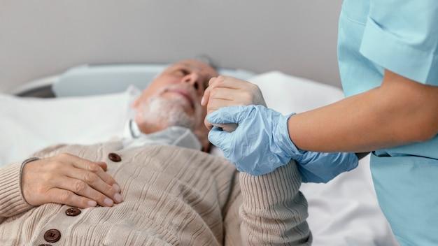 Schließen sie herauf arzt, der patienten prüft
