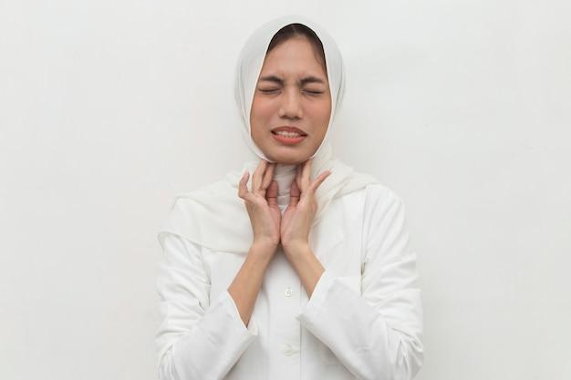Schließen sie herauf asiatisches muslimisches frauenhals- und schulterschmerz- und verletzungsmedizinisches konzept
