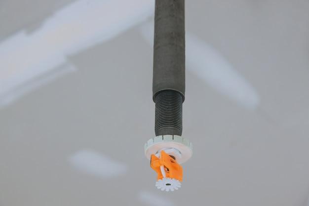 Schließen sie herauf automatisches sprinklerfeuer an der decke im bürogebäude
