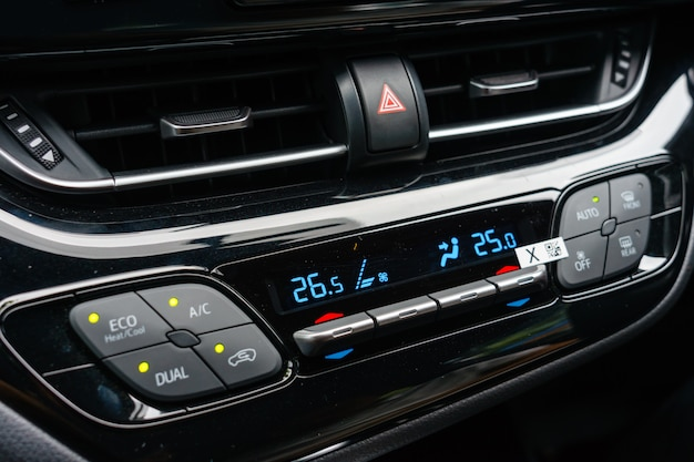 Schließen sie herauf belüftungssystem des autos und klimaanlage - details und kontrollen des modernen autos.