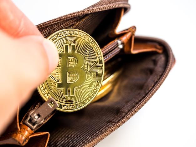 Schließen sie herauf bitcoin goldmünzen mit geldbörse auf dem weißen hintergrund. virtuelle kryptowährung