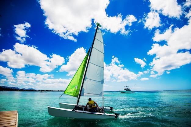 Schließen sie herauf boot, das auf dem schönen meer segelt.
