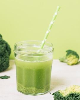Schließen sie herauf brokkoli smoothie mit grünem stroh