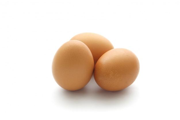 Schließen sie herauf das ei, das auf weiß getrennt wird