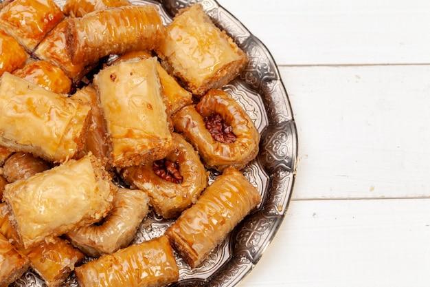 Schließen sie herauf das foto des köstlichen türkischen baklava, das auf einer platte gedient wird