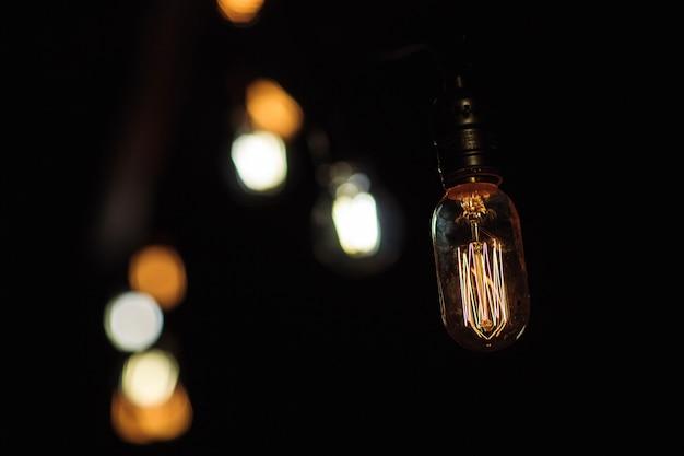 Schließen sie herauf das hängen von glühlampen - retrostil